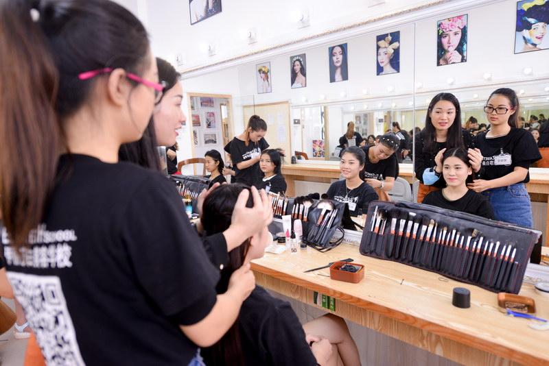 广州化妆学校哪个好?广州伊丽莎白培训学校