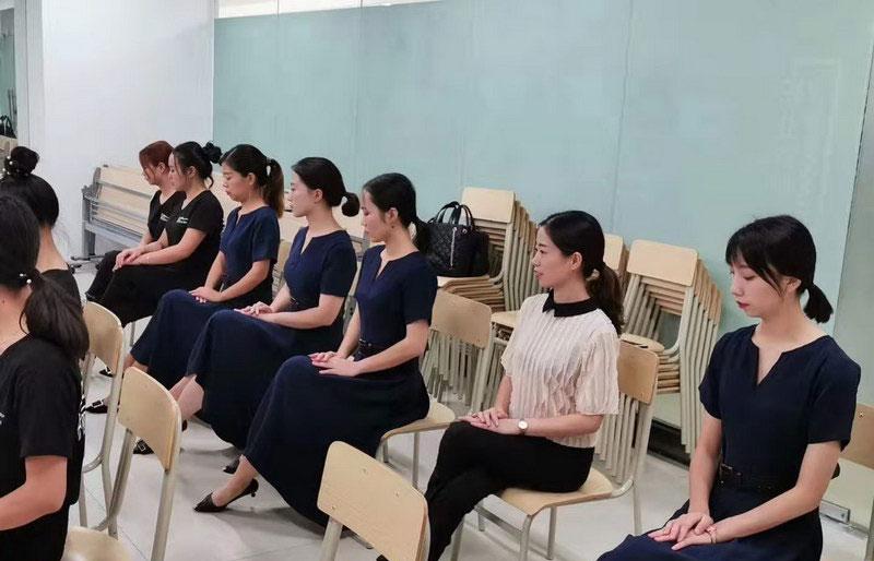 广州校区学员练习优雅仪态