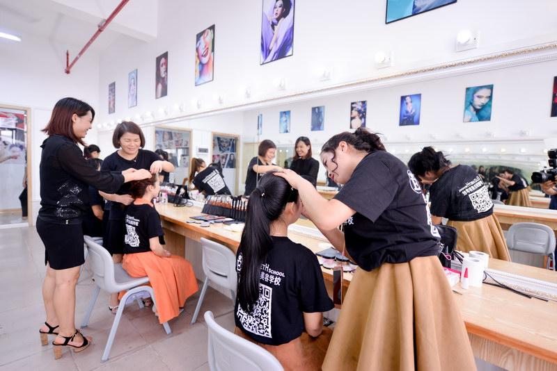广州伊丽莎白培训学校国栋时尚与化妆大咖曹国栋老师合力全面打造广州校区